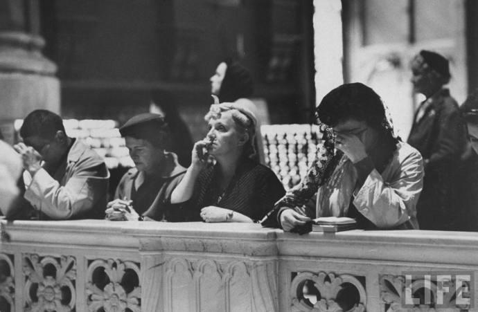 Senhoras rezam pela alma do Papa Pio XII.