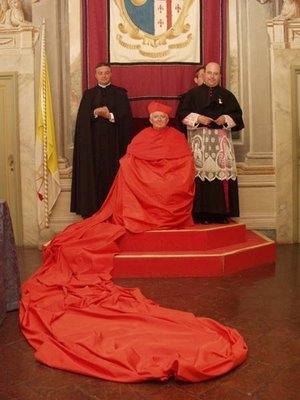 Cardeal Antonio Cañizares Llovera, com a Capa Magna abolida por Paulo VI.