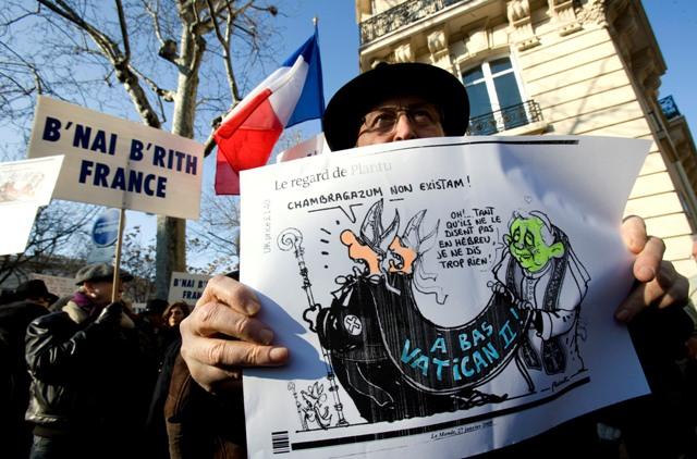 Judeus protestam em frente à nunciatura apostólica em Paris.