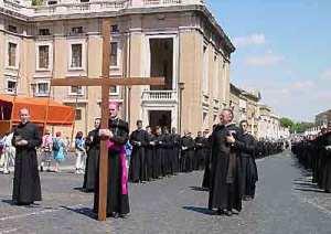 Da esquerda para direita: Pe. Schmidberger, Dom Fellay e Pe. Aulagnier, por ocasião da peregrinação da FSSPX a Roma em 2000.