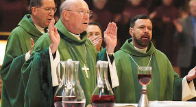 O Atual Prefeito da Congregação para a Fé, Cardeal William Levada, durante a celebração do Novus Ordo com objetos litúrgicos não autorizados.