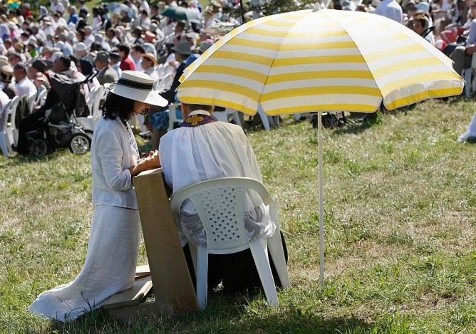 Padre atende confissão durante ordenações em Ecône, 29 de junho de 2009. REUTERS/Denis Balibouse (SWITZERLAND RELIGION)
