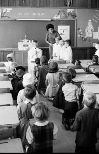 Clique para ampliar - Embora não necessariamente de batina, a imagem mostra crianças brincando de missa. O bom sacerdote de batina inspira as crianças a segui-lo em direção ao Altar de Deus.