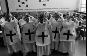 Clique para ampliar - A imagem mostra crianças brincando de missa. O bom sacerdote de batina inspira as crianças a segui-lo em direção ao Altar de Deus.