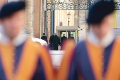 Segunda-feira, 26 de outubro de 2009. Membros da delegação da FSSPX, ao fundo no centro, chegam ao Vaticano. AP Photo/Gregorio Borgia