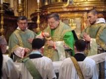 Dom Raymond Burke canta missa pontifical em São Pedro. À sua esquerda o padre brasileiro Almir de Andrade, assistente da FSSP.