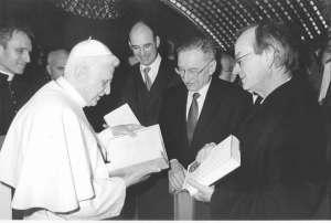 Ao centro, Peter Hunermann encontra-se com o Papa Bento XVI em 2006