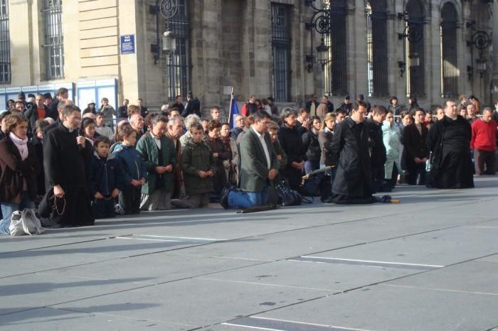 Católicos de Bourdeaux rezam pelas vítimas do aborto.