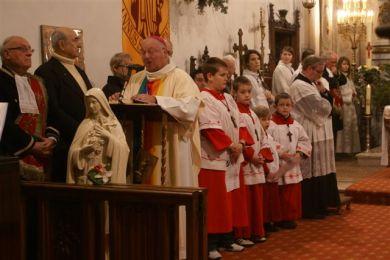 """O senhor bispo, de """"paramentos arco-íris"""", anuncia a demissão do cura tradicional de Thiberville. Foto: Dominique Bro - Le Forum Catholique"""