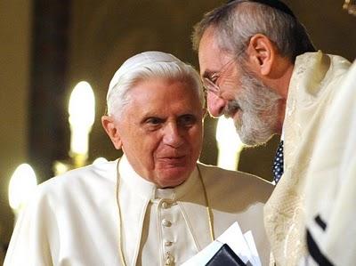 """Bento XVI e o rabino Di Segni. Em janeiro de 2010, este mesmo rabino declarou: """"Se a paz com os lefebvristas significa renunciar às aberturas do Concílio, a Igreja tem que decidir: ou eles ou nós!"""""""