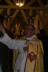 Padre Michel celebra missa no rito tradicional; diz que permanece cura da região e que Roma não hesitará em confirmá-lo no cargo.