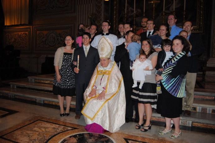 O arcebispo Burke administra o sacramento do batismo no rito antigo - Basílica de São Pedro, 17 de abril de 2010.