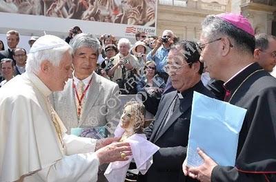Ao fim da audiência geral de hoje, o Papa Bento XVI abençoou uma imagem de Nossa Senhora que resistiu à bomba atômica lançada sobre Nagasaki, Japão, em 9 de agosto de 1945. Fonte: Il blog degli amici di Papa Ratzinger.