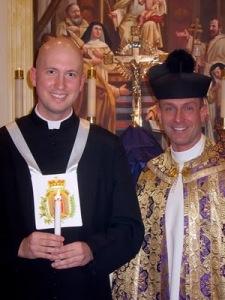 Philip Johnson (à esquerda) ingressa na Ordem Terceira Mercedária.