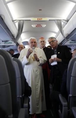 Papa Bento XVI responde a jornalistas em seu vôo de Roma a Portugal.