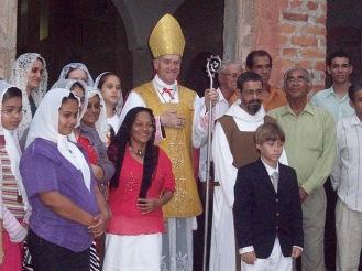 Dom Bernard Fellay e fiéis do mosteiro Nossa Senhora da Fé - Candeias, Bahia.