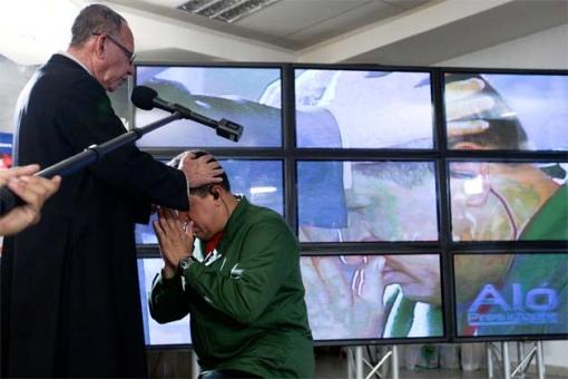 Hugo Chavez recebe a benção de Padre Alfonso Rojas de Barquisimeto, partidário da Teologia da Libertação... de batina!