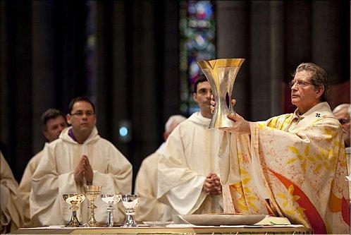 Dom Laurent Ulrich, arcebispo de Lille, França, na ordenação de dois sacerdotes em sua Catedral. Fonte: Perepiscopus.