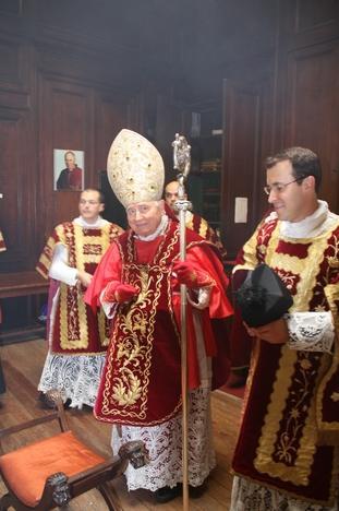 Dom Ennio Appignanesi, arcebispo emérito de Potenza-Muro  Lucano-Marsico Nuovo, Itália, com a fotografia de Dom Lefebvre ao  fundo.