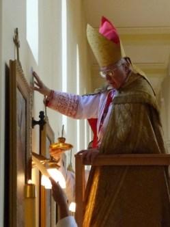 3 de março de 2010: Dom Fabian Bruskewitz, bispo de Lincoln, consagrada a nova capela do seminário Nossa Senhora de Guadalupe, da Fraternidade São Pedro.