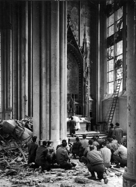 Primeira Missa na Catedral de Colônia, abril de 1945