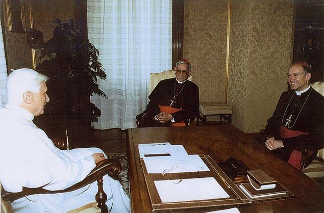 Dom Fellay, Cardeal Hoyos e Papa - setembro de 2005