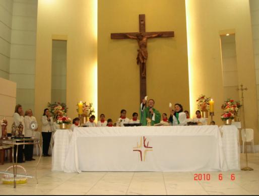 """O sacerdote e a """"sacerdotisa"""". Paróquia Santo Antônio, Curitiba."""