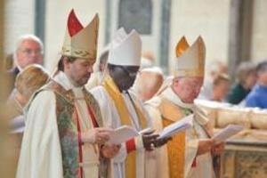 """Numa catedral anglicana, Dom Nourrichard acompanha a cerimônia ao lado de dois """"bispos"""" protestantes (um luterano e um anglicano do Sudão)."""