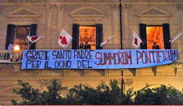 Visita do Papa Bento XVI a Palermo, 3 de outubro de 2010: jovens agradecem ao Santo Padre pelo motu proprio Summorum Pontificum.
