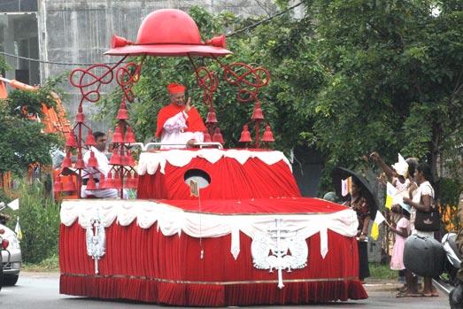 O então neo Cardeal, Dom Albert Malcolm Ranjith Patabendige Don, arcebispo de Colombo, Sri Lanka, é acolhido em país por uma enorme multidão, após receber a púrpura cardinalícia das mãos do Papa Bento XVI.