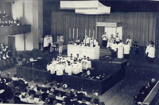 Missa Solene Coram Episcopo celebrada (versus populum) durante a Oitava Semana Litúrgica Nacional em Portland,1947.