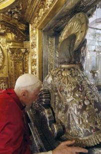 Tradição: o Papa abraça o Apóstolo São Tiago em sua Catedral, na Espanha.
