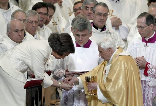 Barcelona, 7 de novembro de 2010 - Em comunhão com o Papa: apesar do genuflexório em sua frente, Rainha Sofia comunga na mão diante do Santo Padre, o Papa Bento XVI. O Rei, que em março deste ano sancionou a lei do aborto na Espanha, por sua vez, não comungou. Fonte: Rorate-Caeli.