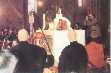 Igreja de São Pedro, Assis, 1986: estátua de Buda sobre as relíquias do mártir Vitorino, morto, 400 anos depois de Cristo, por testemunhar a fé.
