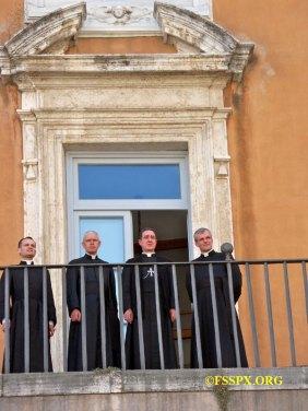 Os membros da comissão da FSSPX nas discussões teológicas: Dom Galarreta, os padres Gleize, de Jorna e de la Rocque na sacada do Santo Ofício, em Roma.