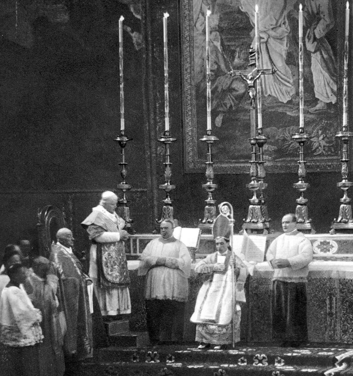 Monsenhor Giacomo Della Chiesa, futuro Bento XV, sendo sagrado bispo por São Pio X.