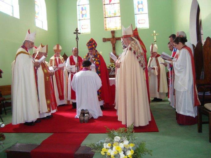 """A 'ars celebrandi' anglicano: na foto, """"bispos"""" e """"bispas"""" """"sagram"""" novo """"bispo"""" anglicano. Destaque para a belíssima mitra e capa usada pelo """"bispo"""" sagrador principal."""