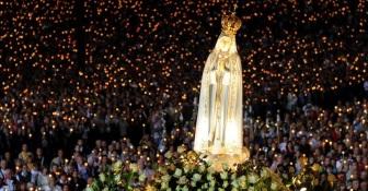 Dezenas de milhares de pessoas acompanham missa em homenagem à Nossa Senhora de Fátima no Santuário de Fátima, em Portugal. Nos últimos dias, uma multidão de peregrinos se dirigiu ao local para celebrar o aniversário da primeira aparição da santa, em 13 de maio de 1917, segundo a crença católica. Nesta sexta-feira (13), são esperadas 250 mil pessoas no Santuário Francisco Leong/AFP Photo