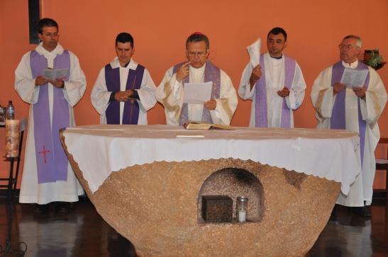 Dom Dimas Lara Barbosa, arcebispo eleito de Campo Grande, celebra missa no IV Encontro de Jornalistas da CNBB, realizado no último mês de março. Detalhe para o sacrário no meio do horrendo altar.