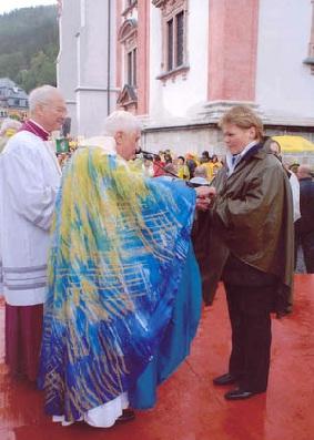 Formas complementares? Papa Bento XVI na Áustria: comunhão na mão e paramentos extravagantes.