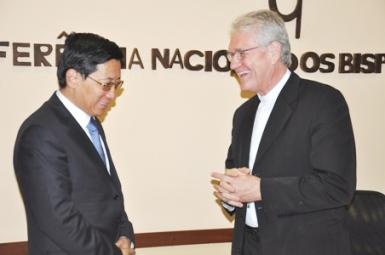 Vice-ministro para Assuntos Religiosos da China, Jiang Jianyong, é sorridentemente recebido secretário geral da CNBB, Dom Leonardo Ulrich Steiner.