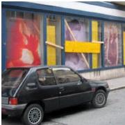 A vitrine atacada do Centro da Vida de Salzburg são protegidas com tábuas de madeira.
