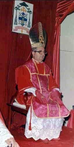 Dom Licínio Rangel. Falecido em 2002, foi sagrado bispo por Dom Tissier de Mallerais em 1991. Foi o primeiro bispo da Administração Apostólica Pessoal São João Maria Vianney, de Campos, RJ.