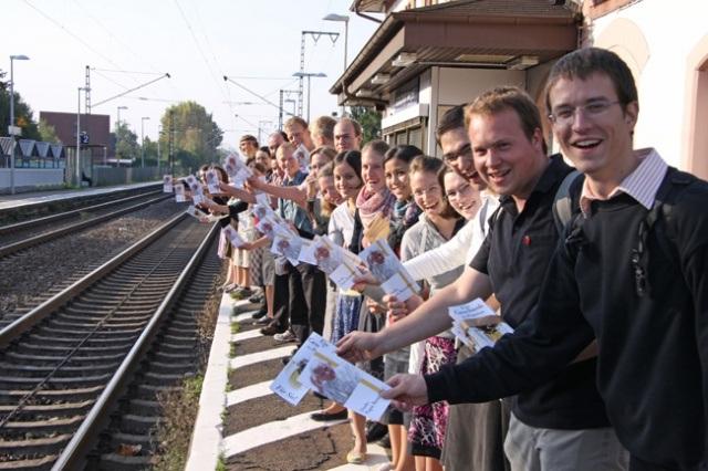 Jovens da KJB (Organização Jovem da Fraternidade São Pio X) distribuíram 43.500 folhetos por ocasião da visita do Papa em Friburgo.