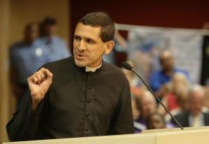 Pe. Rodríguez discursando na Câmara de Vereadores de El Paso sobre a extensão de benefícios sociais a parceiros de mesmo sexo de funcionários municipais