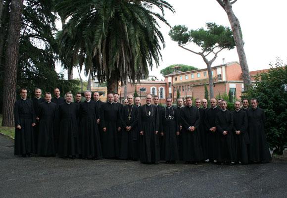 Os superiores da Fraternidade São Pio X em Albano, Itália. O encontro se desenvolveu a fim de examinar o Preâmbulo Doutrinal apresentado pela Santa Sé. Dom Richard Williamson, por motivos ainda desconhecidos, não esteve presente.