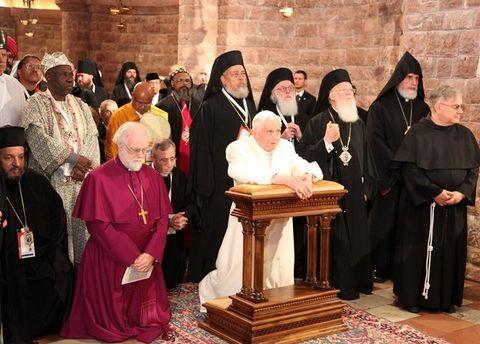 Voltados para o Príncipe da Paz: Papa Bento XVI se prostra diante do Santíssimo Sacramento na presença dos chefes das diversas religiões participantes do encontro de Assis.