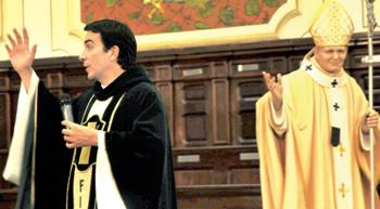 O Padre Fabio faz missa ao lado da estátua de cera do papa João Paulo 2º. Fotos Karime Xavier/Folhapress.