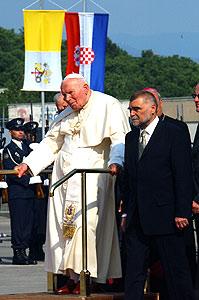 João Paulo II usando uma plataforma móvel.