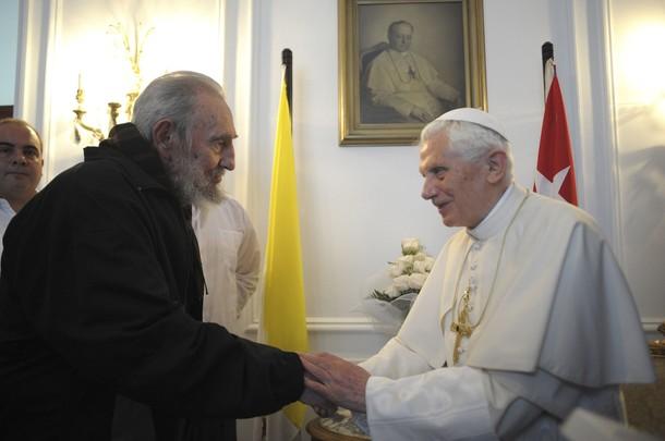 """Santa ironia: Bento XVI encontra Fidel Castro sob o olhar de Pio XI, Papa que em 1938 condenou o comunismo como """"intrinsecamente mau"""" na Encíclica Divini Redemptoris. Foto: Reuters."""